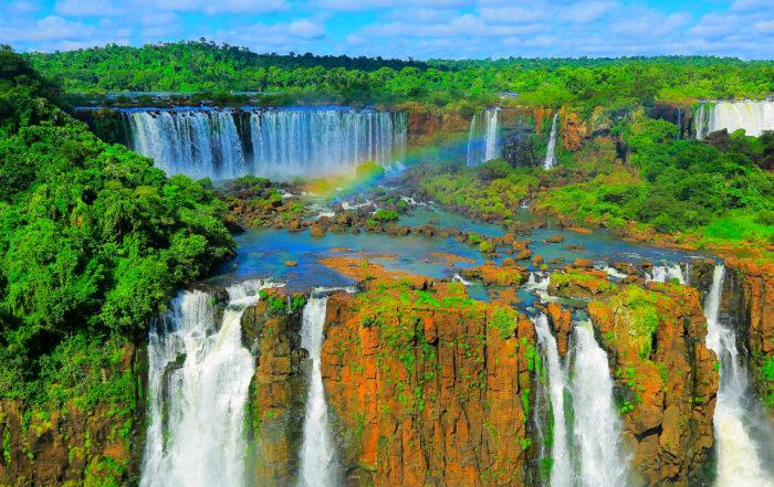 Die Iguazúfälle in Südamerika gehören zu den zehn schönsten Wasserfällen der Welt.