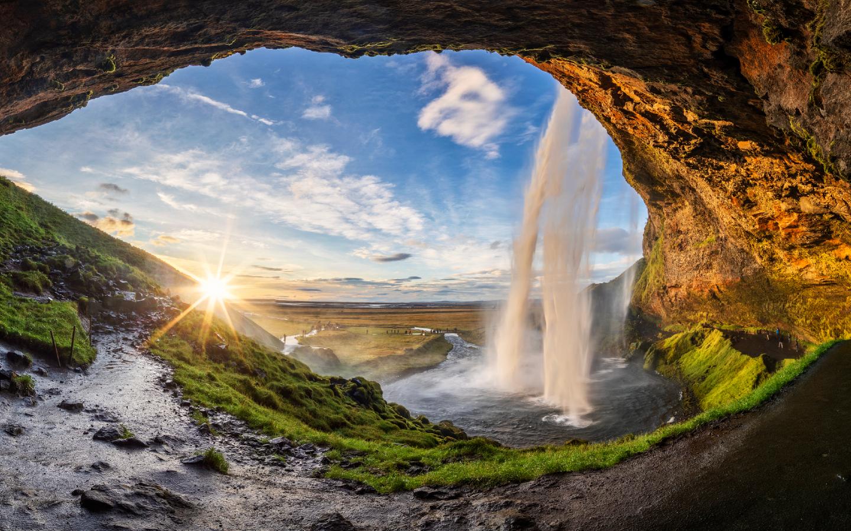 Den Seljalandsfoss können Besucher ganz umrunden und durch den Wasservorhang schauen.