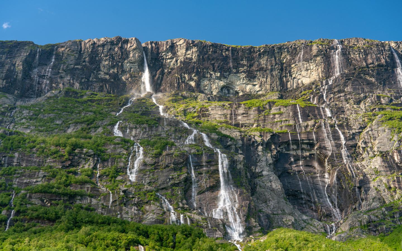 Die idyllischen Vinnufossen in Norwegen fallen über vier Stufen die Felswände hinunter und sind der höchste Wasserfall Europas.