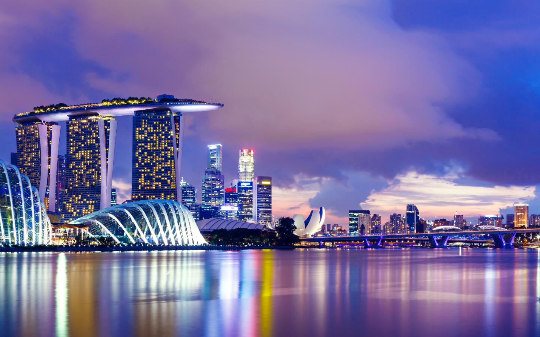 Die erleuchtete Skyline von Singapur am Abend.