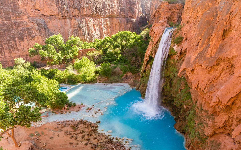 Das helle Blau der Havasu Falls und das strahlende Rot der Felsen bieten reizvolle Kontraste.